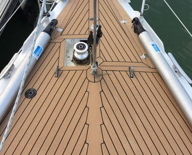 Ovni 435 in teak finish decking